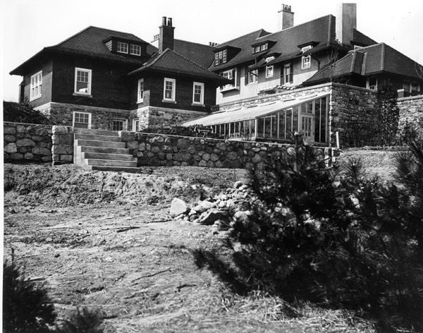 View of the east side of Cranbrook House showing the original garage (far left), studio, and greenhouse, ca 1908. Copyright Cranbrook Archives. Courtesy of Cranbrook Center for Collections and Research.